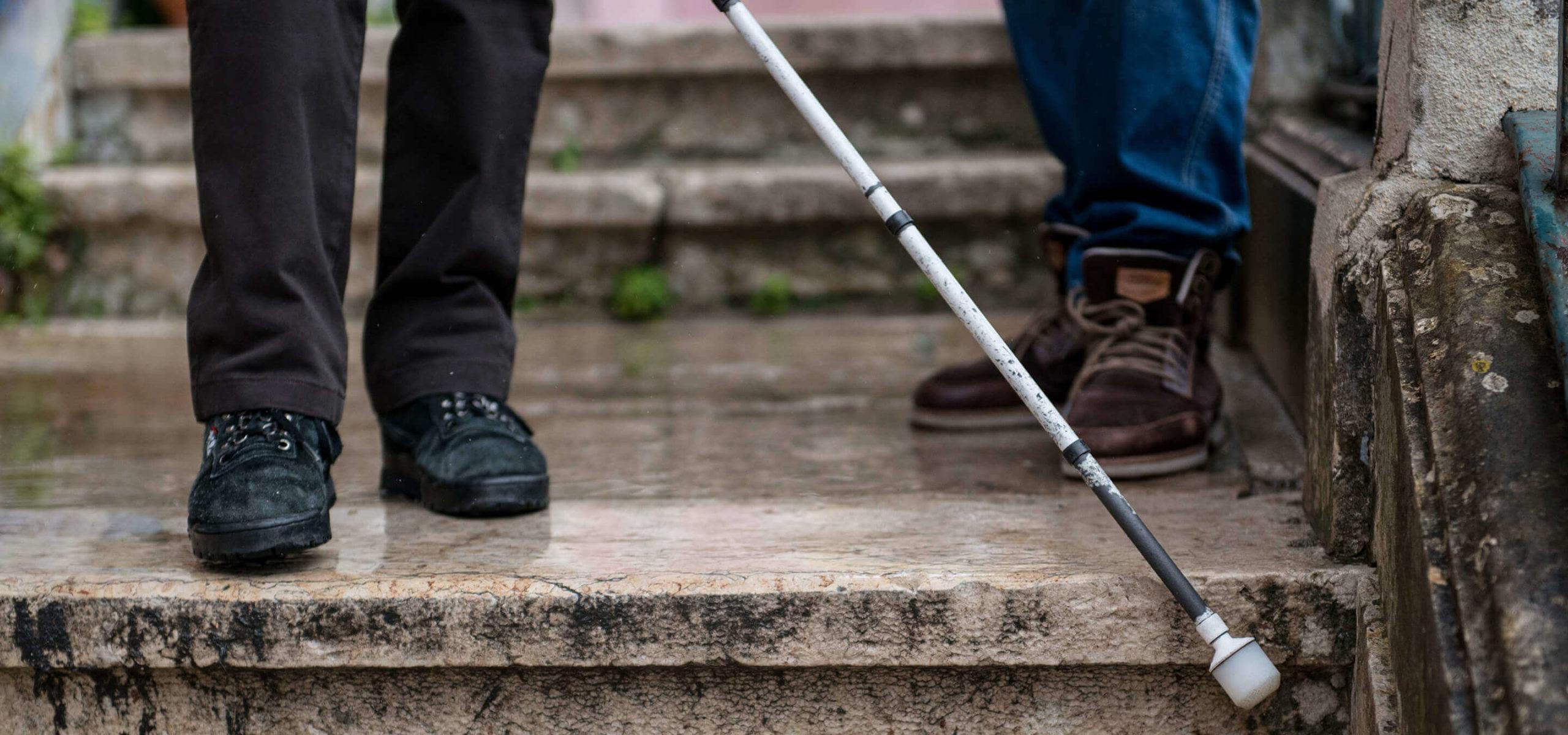 Pessoa invisual aprende a usar a bengala de apoio