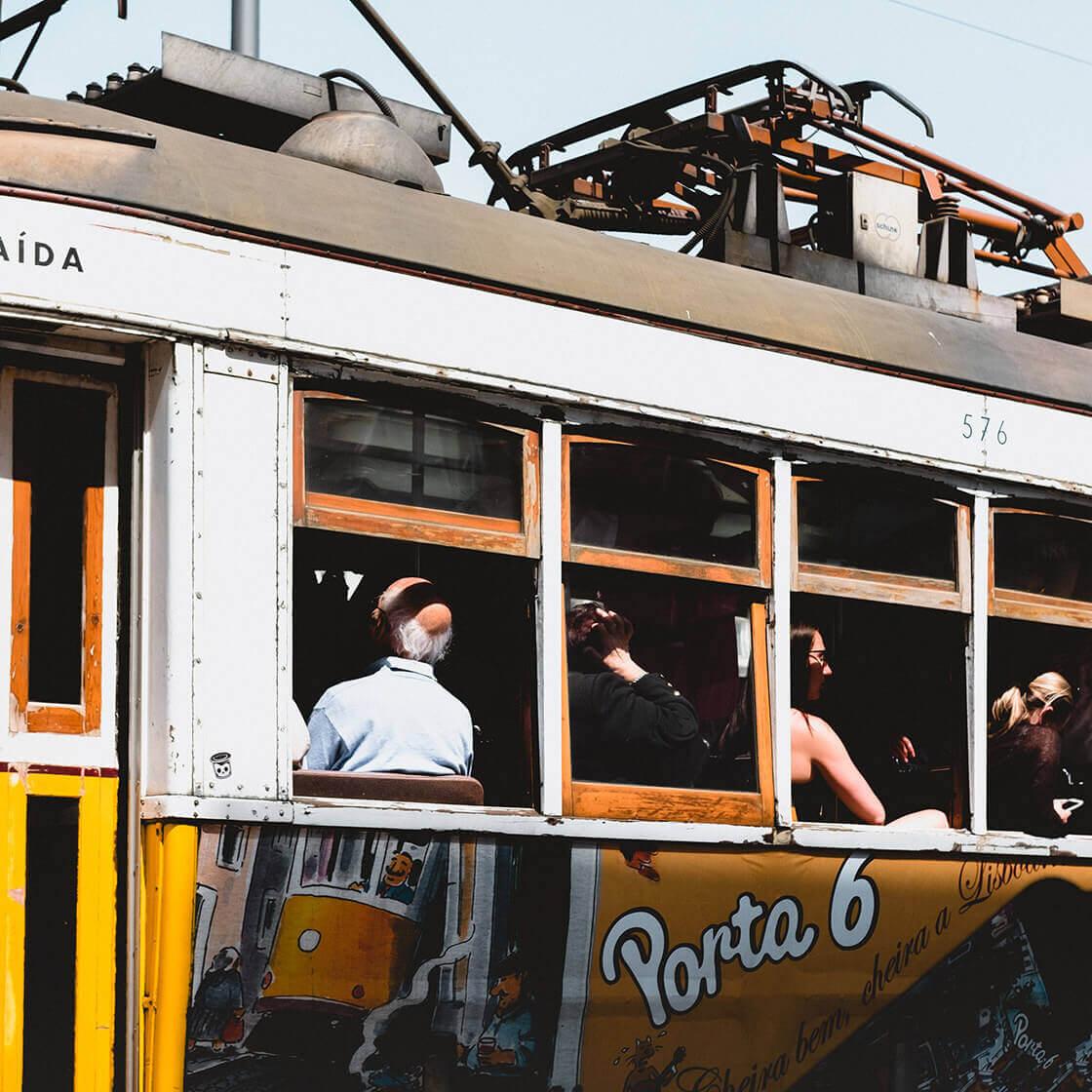 Elétrico cheio a circular em Lisboa