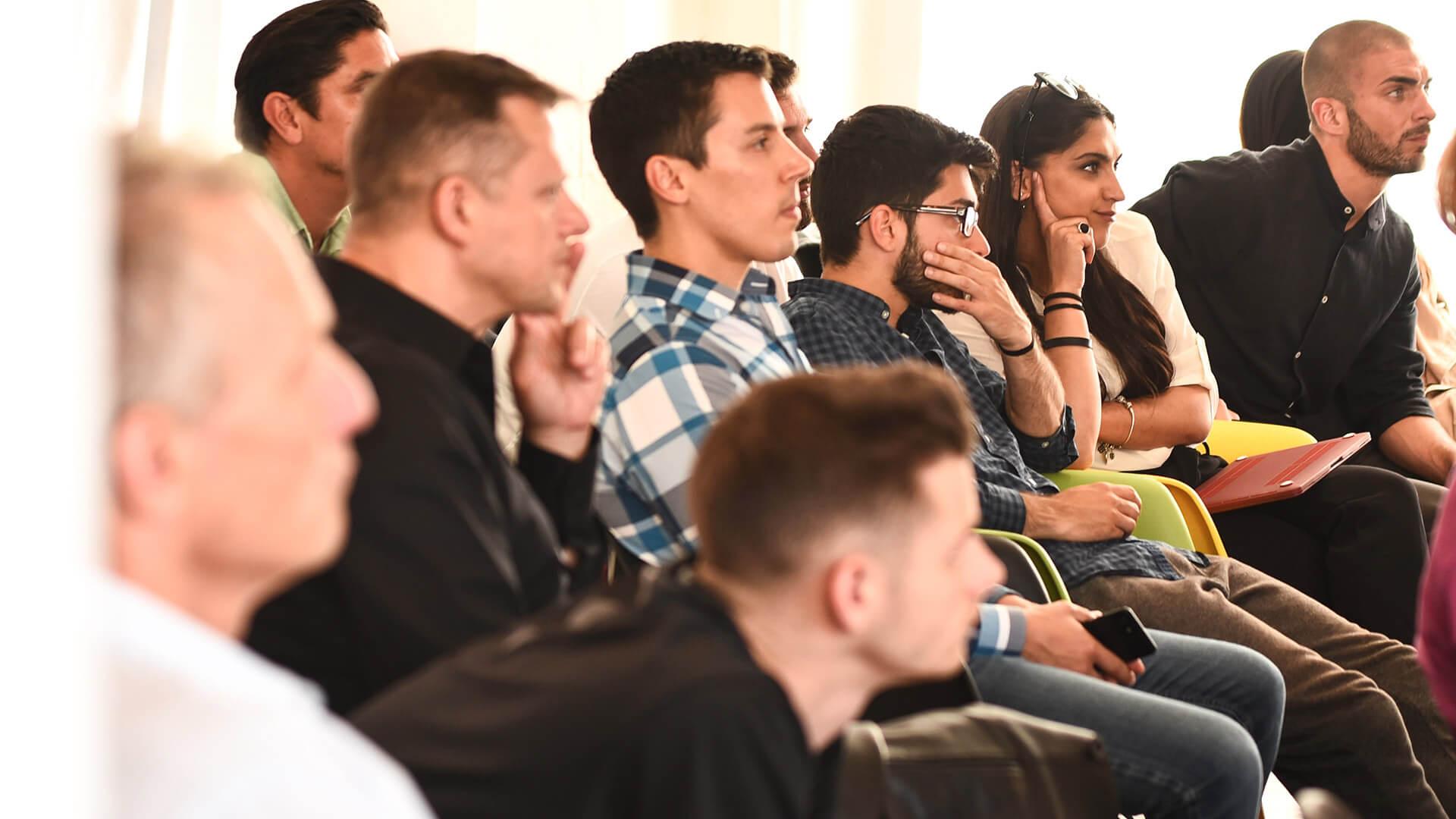 grupo de pessoas numa aula